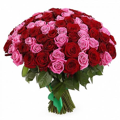 Букет из роз в красно-розовых тонах