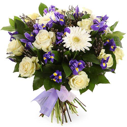 Белые розы с нежными весенними цветами и зеленью
