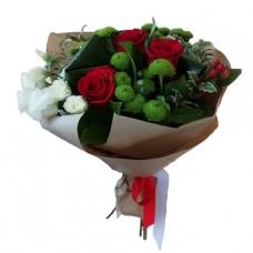 Букет из красных роз и зелёных хризантем