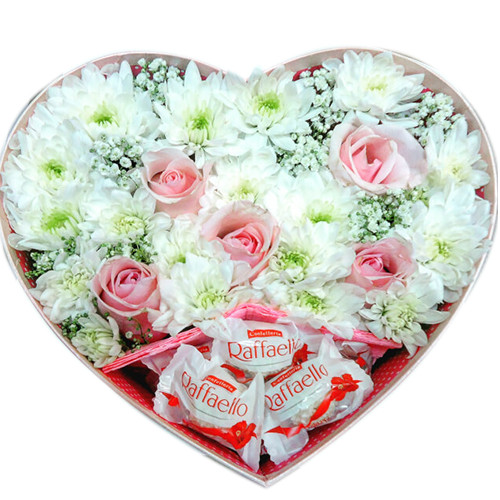 Коробочка в форме сердца с конфетами Рафаэлло