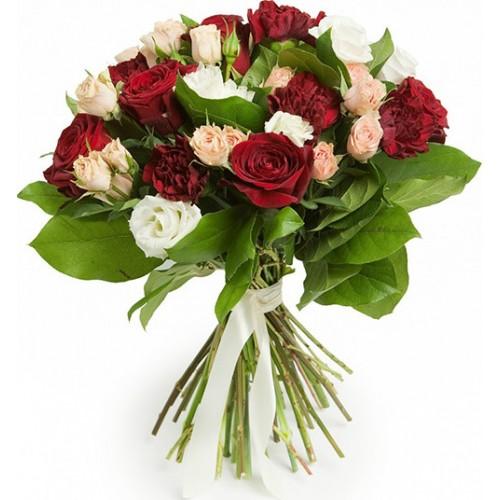 Букет из красных роз, дополненный кустовой розой цвета пудры, гвоздикой и белоснежной эустомой