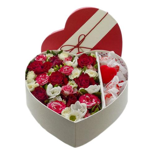 Коробочка в форме сердца, с декоративным сердечком и конфетами Рафаэлло