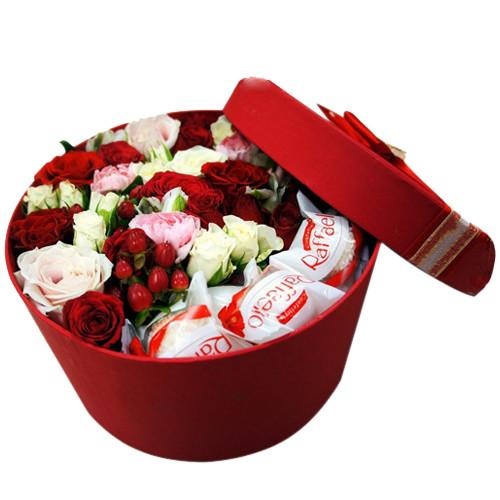Коробочка круглая с розами разных видов и конфетами Рафаэлло