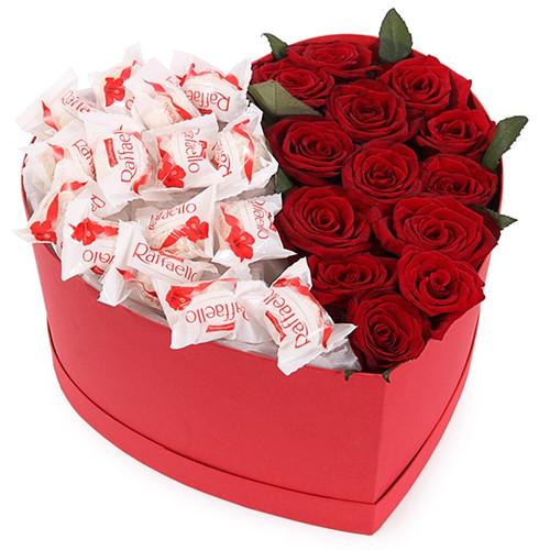 Коробочка с красными розами и конфетами Рафаэлло