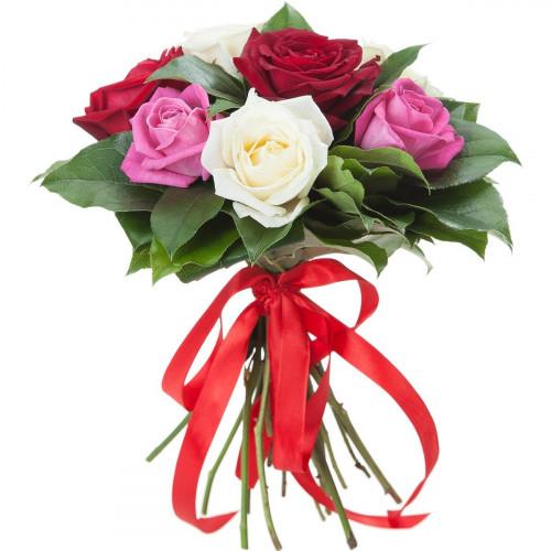 Букет из разноцветных роз с зеленью